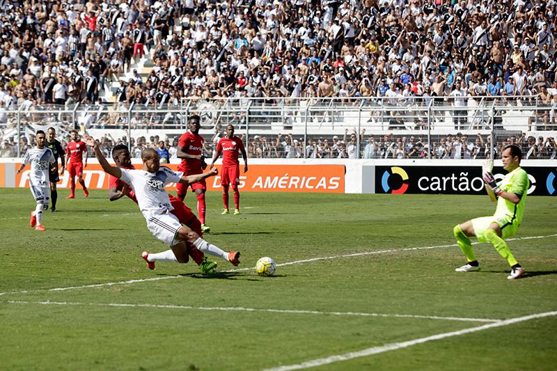 Wendel leva a melhor contra a zaga do Inter e marca o segundo da Ponte (foto: Álvaro Jr.)