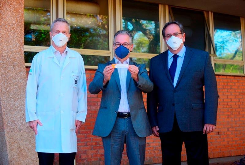 Diretor-executivo da Área de Saúde, Manoel Bertolo; reitor Marcelo Knobel e Superintendente do HC, Antonio Gonçalves de Oliveira Filho: 500 voluntários farão os testes